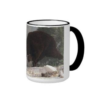 Oso grizzly que persigue el conejo taza a dos colores