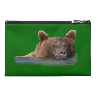 oso grizzly y agua de la esmeralda