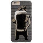 Oso grizzly y fondo gigante de madera de la taza funda para iPhone 6 plus barely there