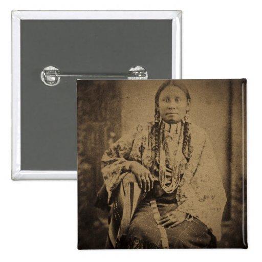 Oso indio de Nettie del explorador de Cheyenne Pin Cuadrada 5 Cm