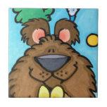 oso lindo con el pájaro en árbol teja  ceramica