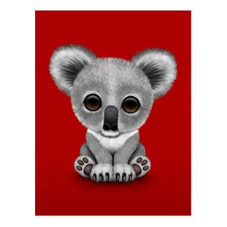 Oso lindo Cub de koala del bebé en rojo Postal