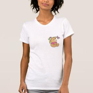 Oso lindo del bebé que admira la mariposa camisetas
