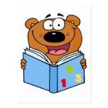 Oso lindo que lee un libro tarjeta postal