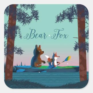 Oso lindo y Fox kayaking en un río salvaje del Pegatina Cuadrada