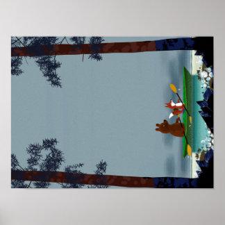 Oso lindo y Fox kayaking en un río salvaje del Póster