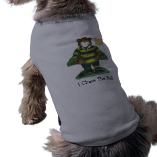 Oso masculino del rugbi en verde y oro playera sin mangas para perro