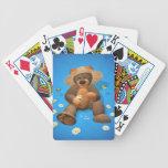 Oso pequeño en amor barajas de cartas