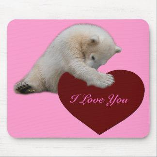 Oso polar Cub que abraza el corazón Tapete De Ratones