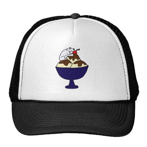 Oso polar divertido que come el helado del helado gorras