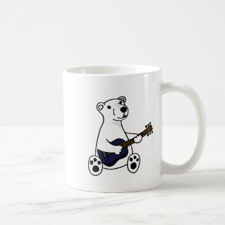 Oso polar divertido que toca la guitarra taza clásica