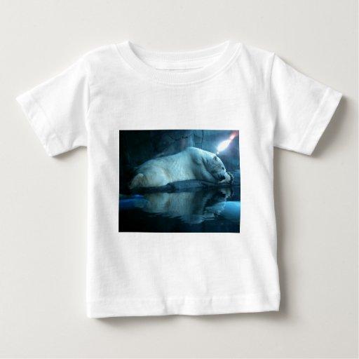 Oso polar en camiseta del niño del rezo 2 playera