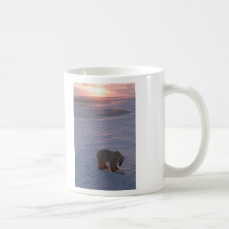 Oso polar en la puesta del sol taza de café