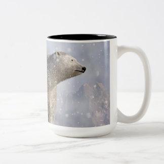 Oso polar en una nevada taza de café