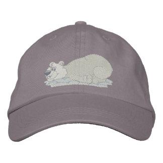 Oso polar que pone en la panza gorra de béisbol