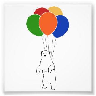 Oso polar que vuela con los globos del cumpleaños foto