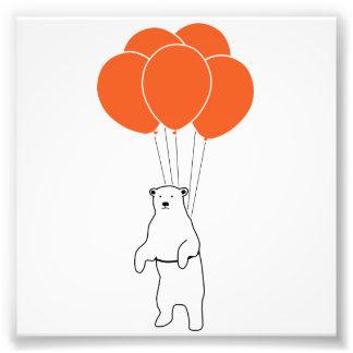 Oso polar que vuela con los globos del cumpleaños impresiones fotográficas