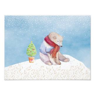 Oso polar y árbol de navidad en la nieve fotografías