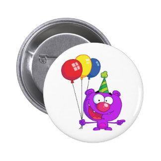 Oso púrpura que lleva sosteniendo los globos del c pin redondo de 2 pulgadas