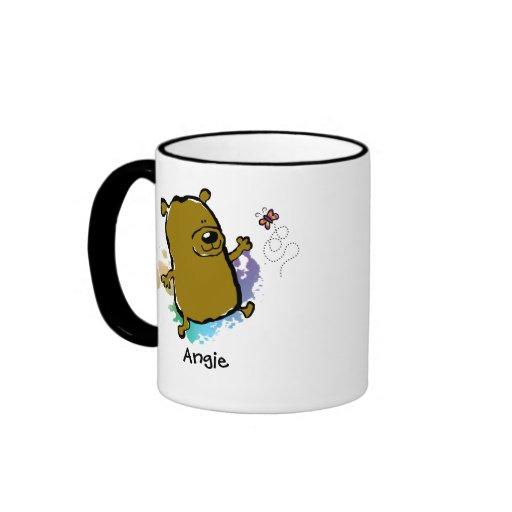 Oso que juega con la mariposa taza de café