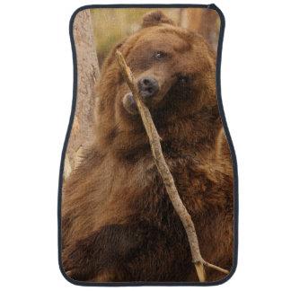 oso que juega con un palillo alfombrilla de auto