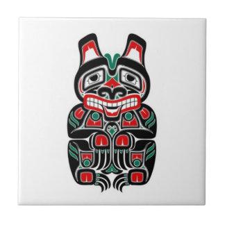 Oso rojo y verde del alcohol del Haida Azulejo Cuadrado Pequeño