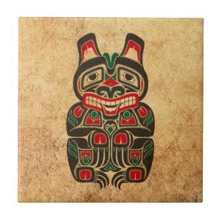 Oso rojo y verde del vintage del Haida del alcohol Azulejo Cuadrado Pequeño