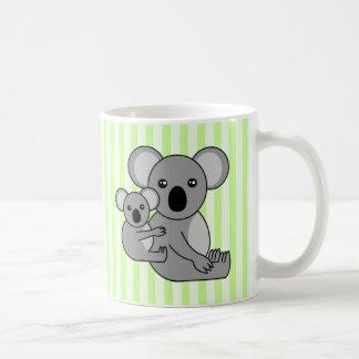 Oso y bebé lindos de koala taza básica blanca