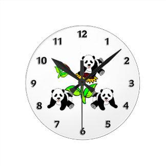 Osos de panda del girasol reloj redondo mediano