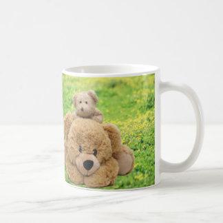 Osos de peluche lindos en un prado taza