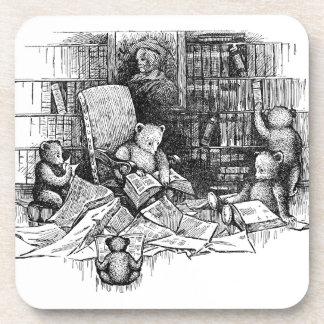 Osos de peluche que leen en la biblioteca posavasos de bebidas