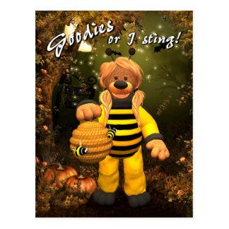 Osos pequeños poca abeja del truco o de la tarjeta postal