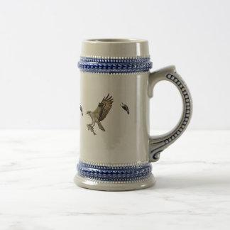 Osprey que es perseguido por un mirlo de alas jarra de cerveza