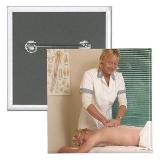 Osteópata/chiropractor que manipula detrás pin cuadrado