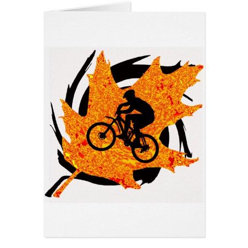 Otoño de la subida de la bici tarjeton