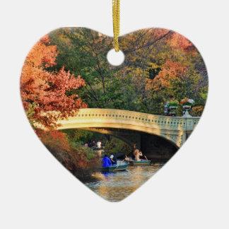 Otoño en Central Park: Navegantes por el puente Adorno Navideño De Cerámica En Forma De Corazón