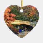 Otoño en Central Park: Navegantes por el puente Adorno De Cerámica En Forma De Corazón