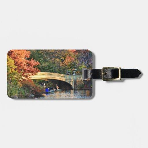 Otoño en Central Park: Navegantes por el puente Etiquetas Bolsa