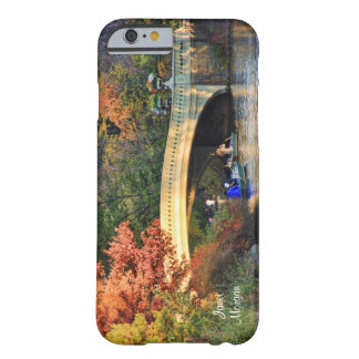 Otoño en Central Park: Navegantes por el puente Funda Para iPhone 6 Barely There