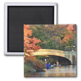 Otoño en Central Park: Navegantes por el puente Imán Cuadrado