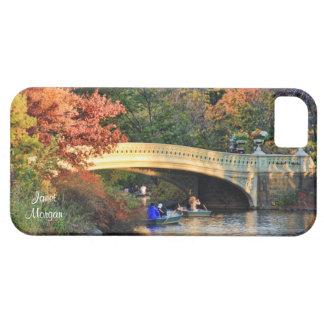 Otoño en Central Park: Navegantes por el puente iPhone 5 Carcasa