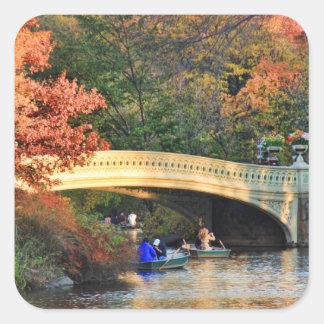 Otoño en Central Park: Navegantes por el puente Pegatina Cuadrada