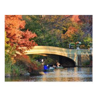 Otoño en Central Park: Navegantes por el puente Postal