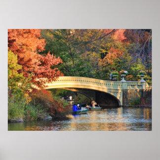 Otoño en Central Park: Navegantes por el puente Póster