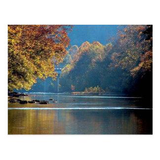 Otoño en el río del remache tarjeta postal