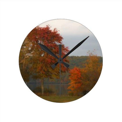 Otoño en la punta de flecha del lago reloj redondo mediano