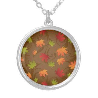 Otoño, hojas del color de la caída en el fondo de  joyería