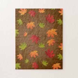 Otoño hojas del color de la caída en el fondo de puzzle