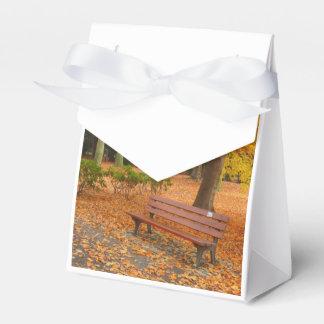 Otoño pacífico y reservado en el parque cajas para regalos de boda