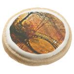 Otoño - puente viejo en parque brumoso del otoño